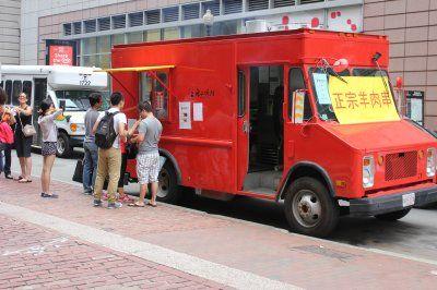 波士顿华埠出现首家羊肉串烧烤餐车,不少食客慕名而来。(美国《世界日报》/刘晨懿之 摄)