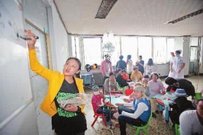 韩宛峻,视觉少儿美术基地老师,1990年出生。每个月,她都免费给孤儿学校和吉大一院白血病患儿们上课,她说,这是90后的一份责任
