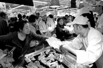 消费者在壹号土猪档口挑选猪肉。京华时报记者徐晓帆摄