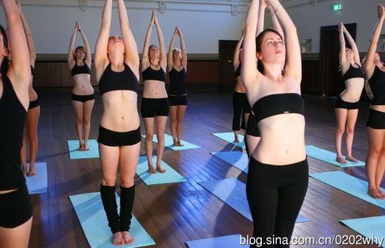 热衷裸体瑜伽的美国美女组图