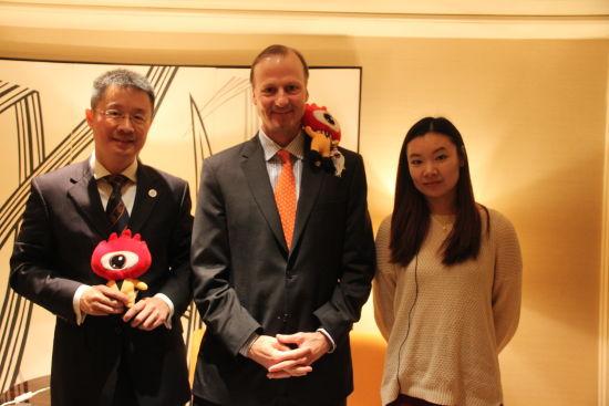 访谈嘉宾与主持人(从左至右):美国弗吉尼亚大学中国校友会北京区的会长彭志远,美国弗吉尼亚大学主管国际事务的副教务长Jeffery,主持人王颖