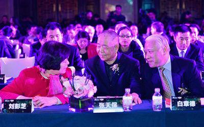 参会嘉宾在盛典现场热烈交流