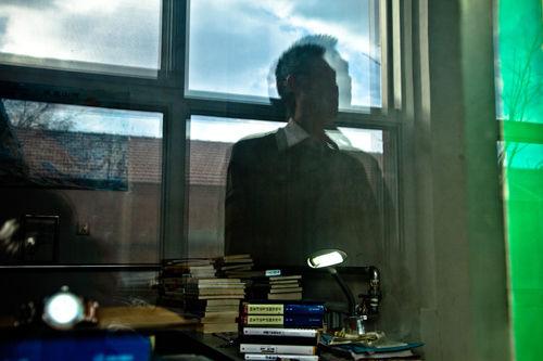 看着自己摆满书籍的写字桌,邱闻有些迷茫。 摄影 中国周刊记者 樊竟成