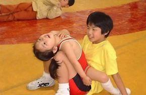 日本的性教育似乎从小学就已经开始了,日本文部科学省出版的小学第一册《卫生》课教科书封面就有女性和男性的身体和性器官的