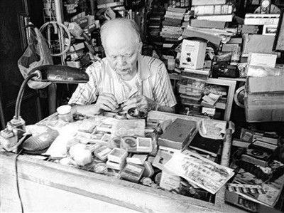 周鸿发老人坚守钟表店50年(图片来源:《联合早报》)