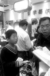 第十九届中国国际教育巡回展武汉站上,一脸懵懂的小学生