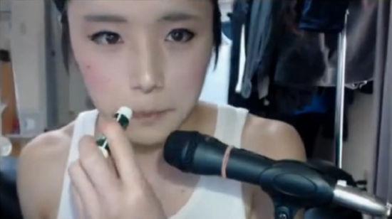 日本小伙化妆成女中学生视频走红网络