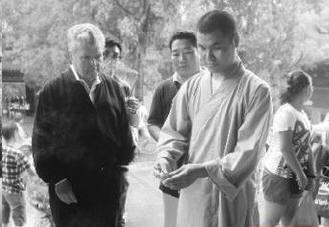 英语熟练的释延政在少林寺接待外国游客
