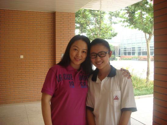 汪艳,北京八中英语老师。图为汪老师和即将离开的学生
