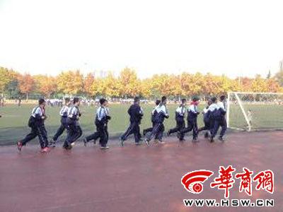 西安电子科技大学操场上来了很多上体育课的初中生