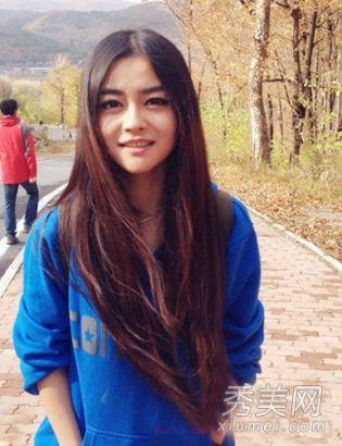 中分披肩发型,到了及腰的长度,更增添仙气感,中分刘海很适合圆脸的青青。