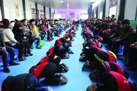 学生们在老师的指挥下,一起给父母下跪谢恩。 /晨报记者 叶松丽