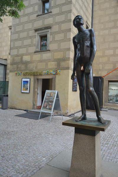 摸阴茎_布拉格玩具博物馆门口的雕像,阴茎被摸亮,据说摸后能增强性能力