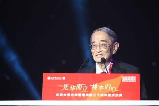 上图为北京大学光华管理学院名誉院长厉以宁