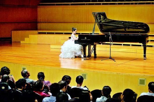 王黛儿在舞台上演奏