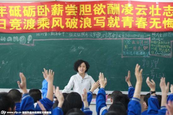 2015年3月26日,吉林长春,最后一学期的每一次语文课,当徐老师提问时,举手踊跃。 摄影:孙立国CFP