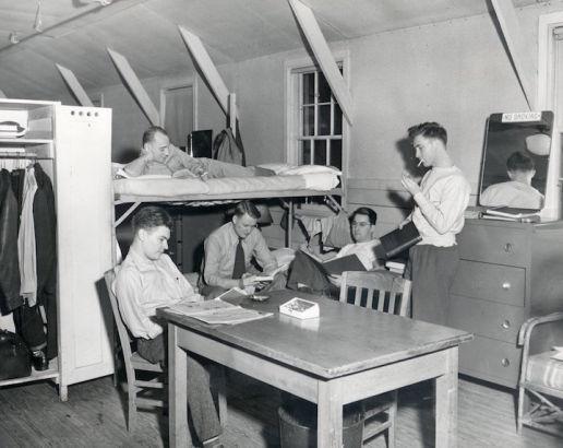 1945年一个男生每个月的住宿费是13美元,学校提供床上用品。