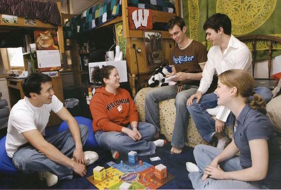 九十年代的学生宿舍一如既往,永远是学生聚会的地点。