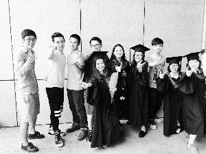 陈静远(右五)和她的同学们。图片由受访者提供