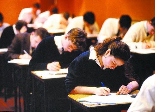 考试中的英国学生