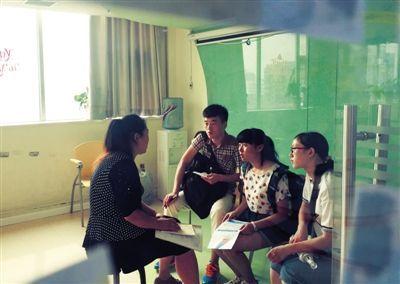 """7月29日,""""生存""""活动首日,张阳(左二)、谭敏和白雪到某英语培训机构应聘。"""