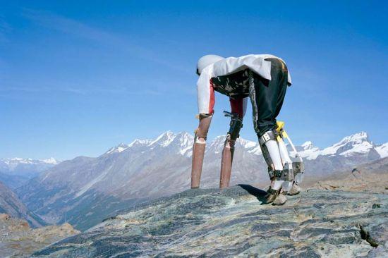 扮成羊的托马斯站在山上眺望。(网页截图)