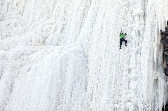 攀爬冰封瀑布的探险者 (网页截图)