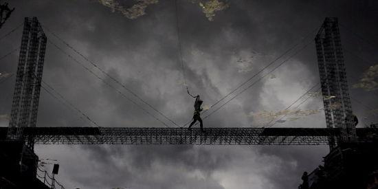 这座大桥使用了11000多个Meccano的钢件结构玩具,横跨拉根河上的克拉伦登码头,长达30多米。(网页截图)