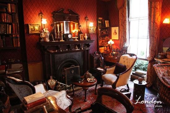 起居室非常的英式奢华,也带给人扑面的神秘感。