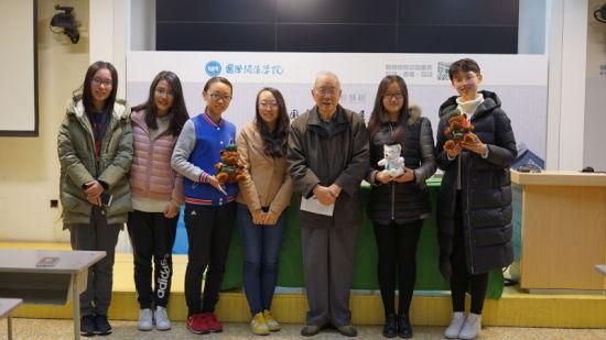 楼庆西教授与国际关系学院学生合影
