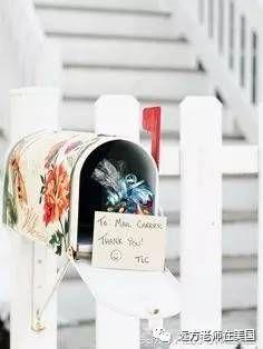 人们把给邮递员的礼物和感谢卡放在信箱里。
