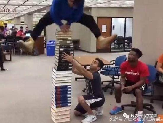 把叠起的书当鞍马,这个难度够高。