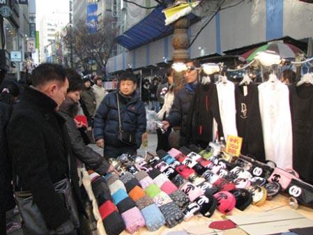 街头实拍:日本人也会到韩国淘假货