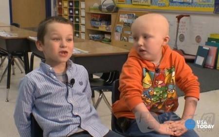 感人:男孩为支持患癌小伙伴剃光头(双语)