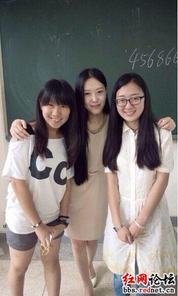 孔玮和她的学生合影
