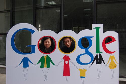 成人综合网谷歌_图文:大学生们与谷歌公司标志合影
