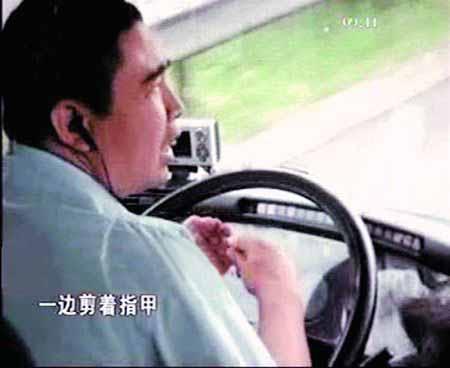客车司机高速路上耍杂技边开车边剪指甲