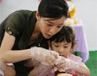 高敏和女儿做手工
