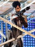 蕾哈娜独眼造型登台献唱酷味十足