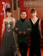 刘仪伟被两位美女环绕