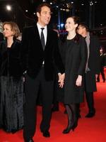 欧文和妻子亮相红毯满面