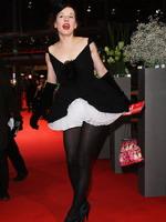 女星梅克身穿独特黑白短裙