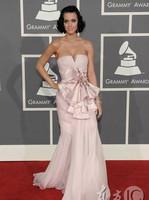 凯蒂-佩里粉色礼裙典雅