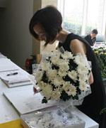 陈鲁豫手捧白色菊花