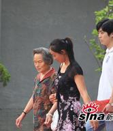 刘烨奶奶在搀扶下入场