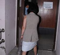 何超琼从后门进入医院