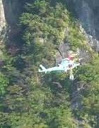 直升机飞跃峻岭