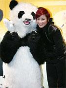 瞿颖和熊猫合影