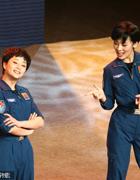 殷桃(左)演小品