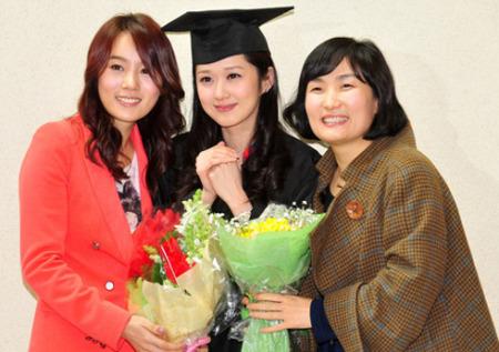 张娜拉大学念10年终毕业好友送内衣祝贺(组图)